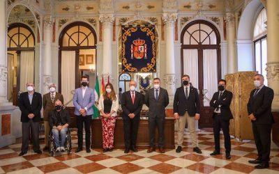 El alcalde de Málaga recibe al CAF Málaga en el Ayuntamiento