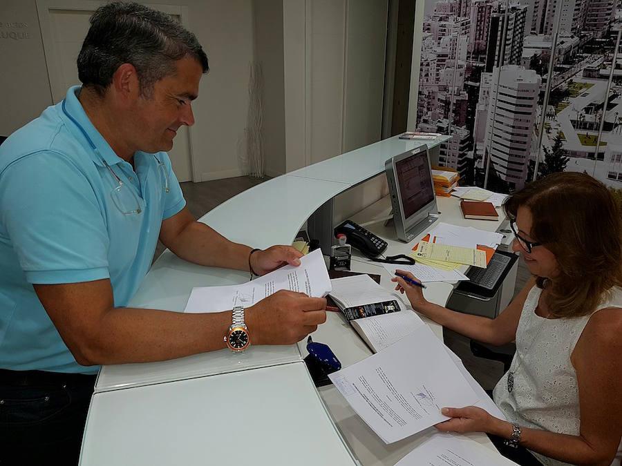 El presidente del Colegio de Administradores de Fincas, Fernando Pastor, presenta la documentación de su candidatura el pasado 7 de septiembre en la sede del Colegio de Administradores de Fincas de Málaga y Melilla.