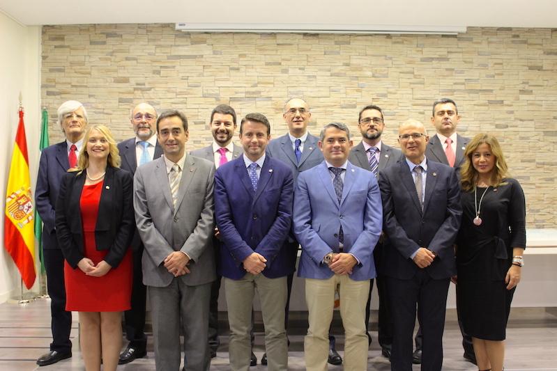 Imagen de la Junta de Gobierno junto a Francisco González Palma, asesor jurídico del Colegiado y asesor jurídico de la Junta de Gobierno.