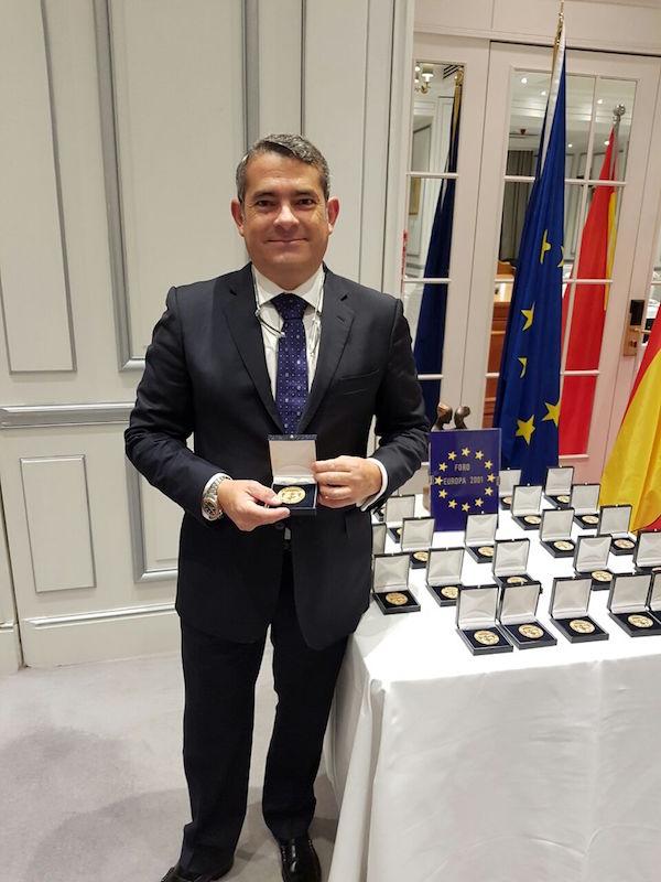 El presidente del Colegio, Fernando Pastor, ha recibido la Medalla de Oro del Foro Europa 2001